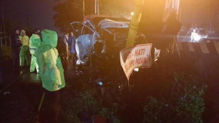 Pajero Sport Berpenumpang 5 Orang Tersambar Kereta Komuter di Perlintasan Beji Kabupaten Pasuruan