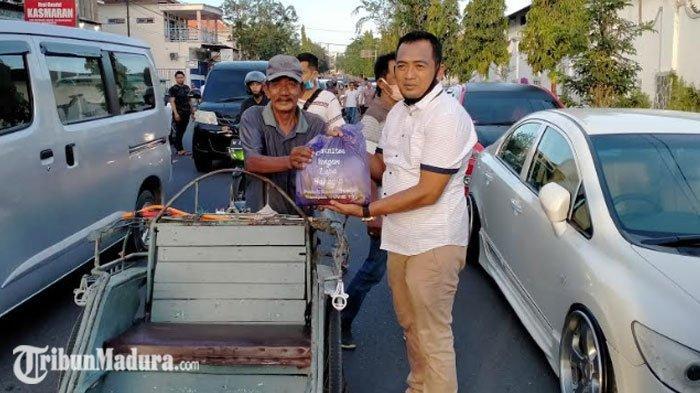 Komunitas Jangan Lupa Bahagia Bagikan Paket Sembako dan Masker Gratis ke Warga Pamekasan