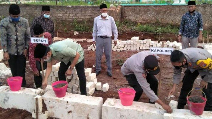 Bupati Bangkalan Letakkan Batu Pondasi Sekolah TK, Siswi Bacakan Puisi: Jangan Lama-lama, Pak Bupati