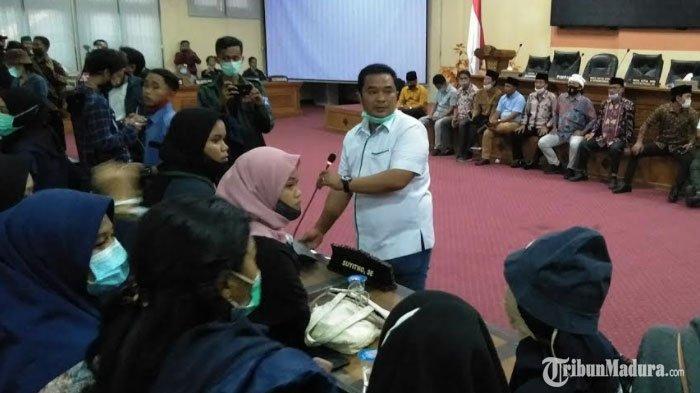 Sempat Bersitegang,Massa Mahasiswa DemoTolakUU Cipta KerjaAkhirnya Masuk Gedung DPRD Bangkalan