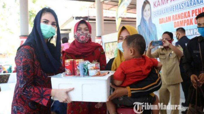 Ketua Forikan Jawa Timur, Arumi Bachsin Berikan Bantuan 150 Paket Ikan ke Warga Tlanakan Pamekasan