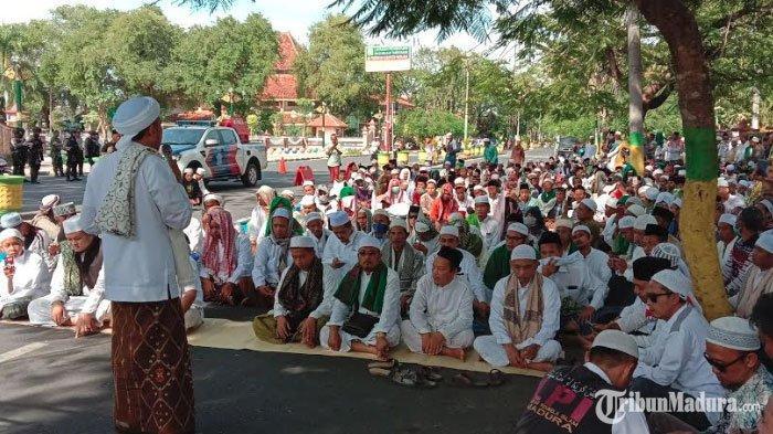 Gerakan Umat Islam Pamekasan Gelar AksiSolidaritas di depan Gedung DPRD, Doakan Korban Aksi 22 Mei