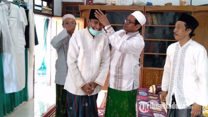 Silaturahmi ke KH Kholilullah di Ponpes Al-Is'af, Achmad Fauzi Dapat Hadiah Songkok Berlambang GMNU