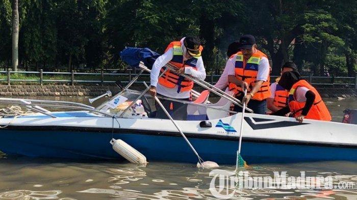 Susuri Sungai Brantas Hingga hilir Kali Surabaya, Gubernur Khofifah Panen Popok Bayi & Sampah Kasur