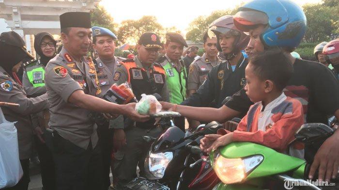 Peringati Satu Tahun Bom Surabaya,Polrestabes Surabaya Bagi-Bagi Takjil Gratis ke Pengendara