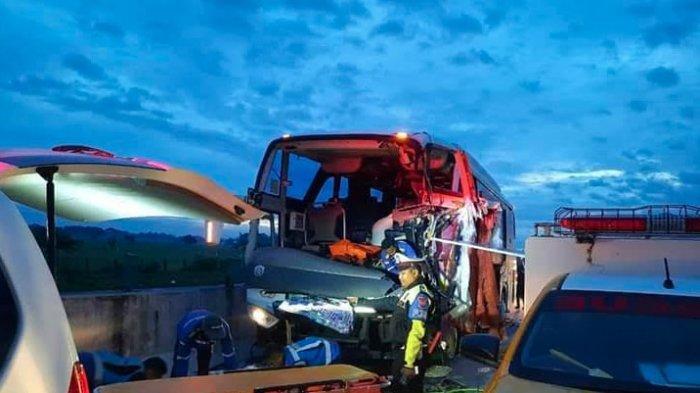 BREAKING NEWS: Bus Pariwisata SMK Muhammadiyah 1 Gondangrejo Tabrak Truk Kemiri di Tol Madiun-Ngawi