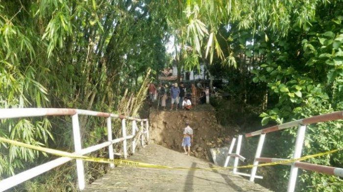 Jembatan Penghubung Dua Desa di Kabupaten Sampang Ambruk, Pondasi Diterjang Arus Banjir Jadi Sebab