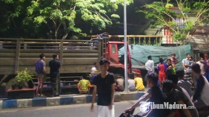 Kondisi kedua truk pasca mengalami kecelakaan di Jalan Raya KH Wahid Hasyim Kecamatan Sampang Kabupaten Sampang, Madura, Senin (30/11/2020) pukul 23.20 WIB.