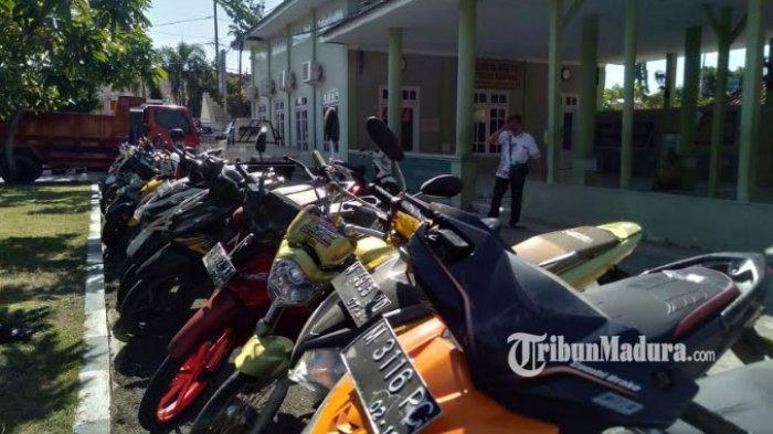 Hasil Razia Balap Liar, Sejumlah Motor Berbaris Rapi di Mapolres Sampang, Sudah 1 Bulan Tak Diambil