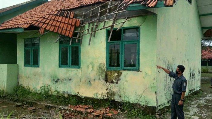 Kondisi memprihatinkan yang tampak dari Gedung SDN Majangan 1 Kecamatan Jrengik, Kabupaten Sampang, Madura, Senin (1/2/2021).