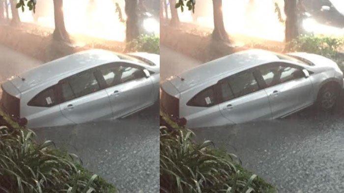 Nyemplung di Parit, Mobil Daihatsu Sigra Dievakuasi PMK Surabaya, Begini Proses Evakuasinya