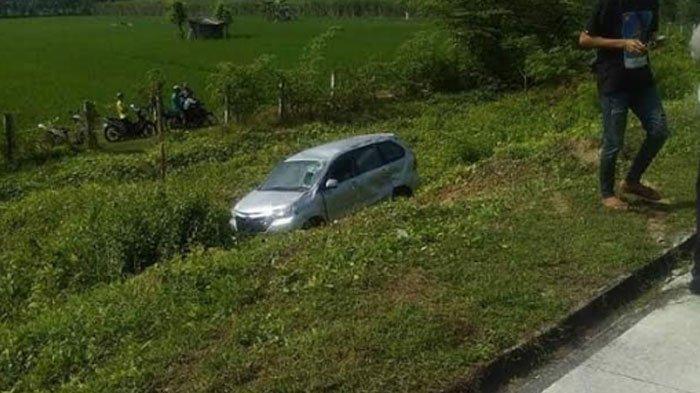 Mobil Daihatsu Xenia Melaju Menuju Pulau Madura, Malah Terperosok di Parit Jalan Tol, ini Alasannya