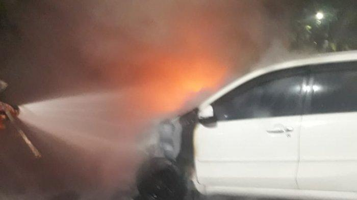 Mobil Daihatsu Xenia Terbakar di Jalan Ahmad Yani Surabaya, Diduga Gara-gara Korsleting Listrik