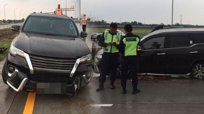 BREAKING NEWS - Pengendara Diduga Ngantuk, Mobil Toyota Fortuner Tabrak Pembatas Jalan