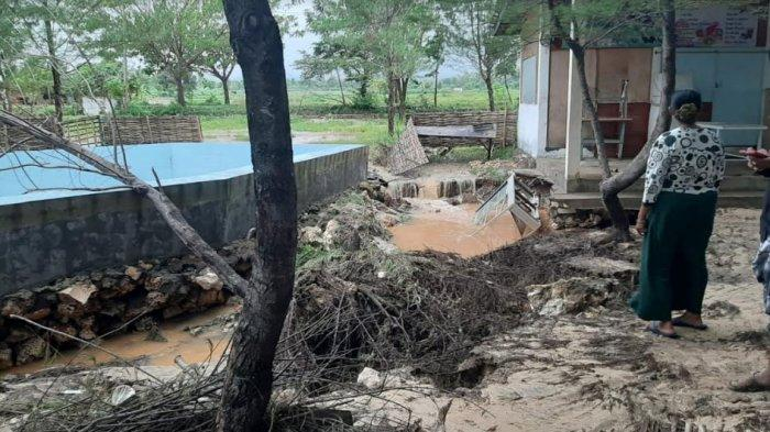 Kondisi Pantai Lon Malang Desa Bira Tengah, Kecamatan Sokobanah, Kabupaten Sampang, Madura setelah diterjang hujan deras dan angin kencang, Kamis (25/2/2021).