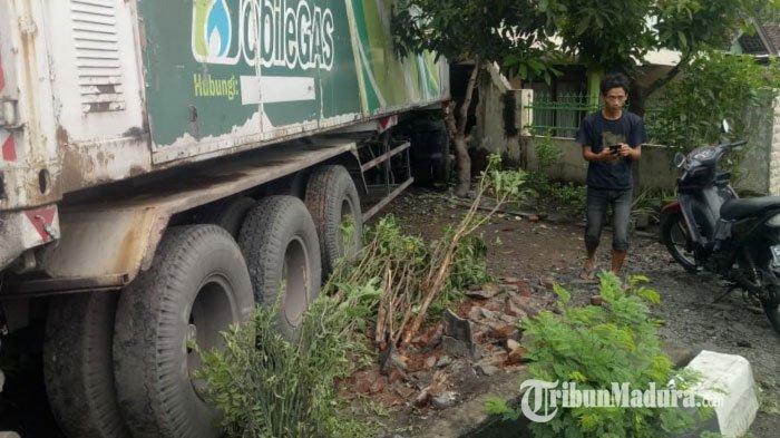 Kondisi rumah milik Abah Mashuri rusak parah setelah dihantam truk trailer di Dusun Telogogede, Kecamatan Trowulan, Kabupaten Mojokerto, Senin (7/12/2020).