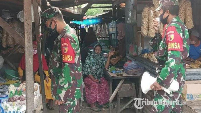 Enam anggota Koramil 0826/06 Pademawu saat memberikan sosialisasi Prokes dan persiapan vaksinasi Covid-19 di Pasar Mongging, Kabupaten Pamekasan, Madura, Senin (18/1/2021).
