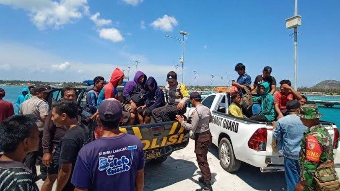 12 Nelayan Korban Selamat Kapal Tenggelam di Sumenep Dievakuasi kePelabuhanMasalembu