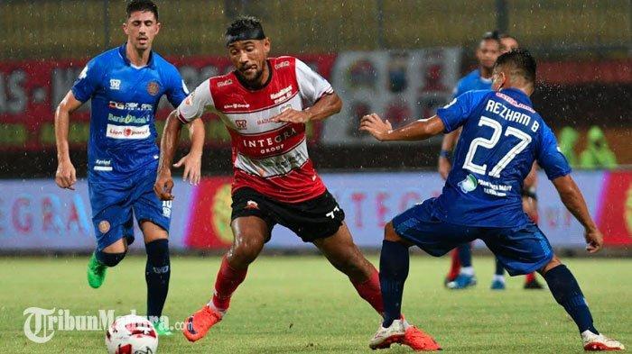 TERPOPULER BOLA:Pelatih RD Puji Kiper Persiraja hingga Strategi Persiraja Tahan Imbang Madura United