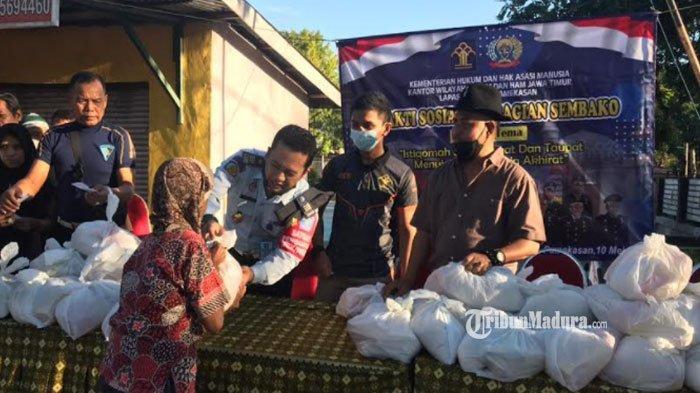 Jelang Hari Raya Idul Fitri, Lapas Pamekasan Bagi-Bagi Ratusan Sembako Gratis ke Warga Kurang Mampu