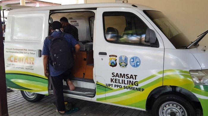Layanan mobil Samsat keliling hanya dibuka di tempat parkiran kantor Samsat di Jalan Raya KH Mansyur, Kabupaten Sumenep, Jumat (16/7/2021).