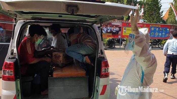 Tim Kesehatan Pakai APD Lengkap saat Evakuasi 5 Napi Lapas Klas IIB Mojokerto Menuju RSUD Mojosari