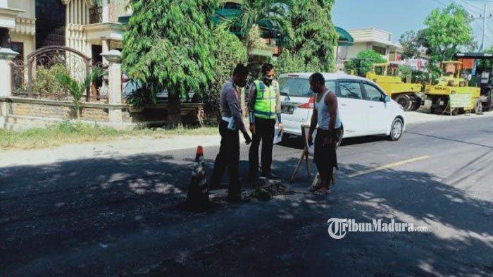 Hendak Menyalip, Motor Senggol Bodi Belakang Bus Pariwisata di Sampang sampai Oleng, 1 Orang Tewas