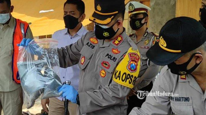 Kapolres Ponorogo, AKBP Mochamad Nur Azis menunjukan barang bukti di lokasi meledaknya petasan, Rabu (28/4/2021).