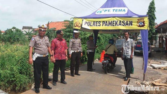 Petugas GabunganPantauLokasi Pembangunan Jembatan Darurat di BatumarmarPamekasanyang Ambrol