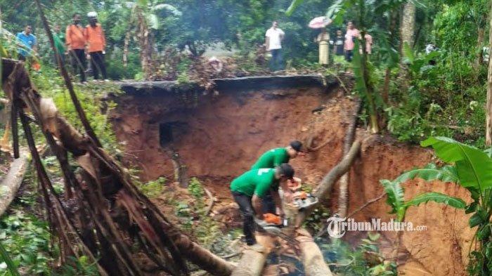 Separuh Badan Jalan Penghubung Desa Blumbungan - Larangan Pamekasan Longsor, Warga Diimbau Waspada
