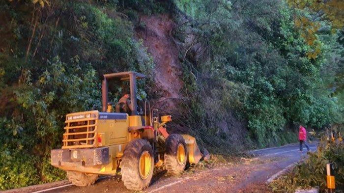 longsor di Jalan Brigjen Moh Manan, kawasan Payung, Kota Batu, Senin (18/1/2021)