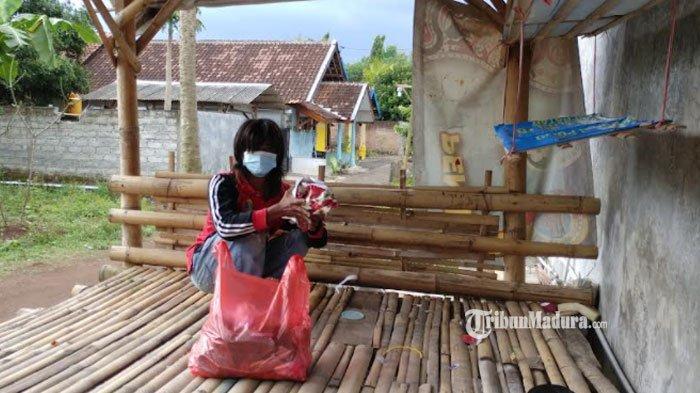Kisah Satu Keluarga Tinggal di Poskamling dari Bambu, Tidur Beralas Kardus dan Berdinding Kain