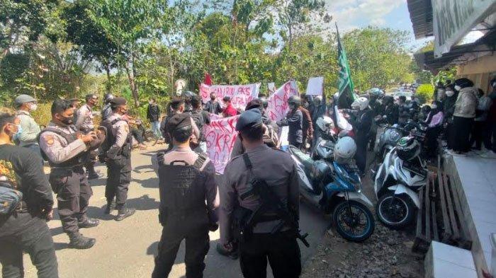 Aksi Mahasiswa Turun ke Jalan Sampaikan 13 Tuntutan Kepada Presiden Jokowi, ini Rincian Tuntutannya