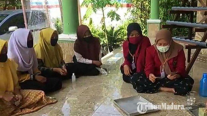 Mahasiswa UMM Edukasi Hasil Tani Hidroponik Tangkal Virus Corona ke Masyarakat Desa Gulbung Sampang