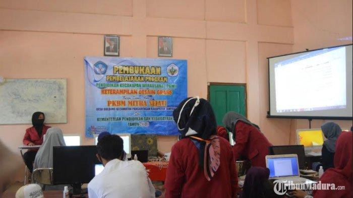 MahasiswaUMM Ikut AndilLancarkan Proses Pembelajaran PKW Desain Grafis di Desa Gulbung Sampang