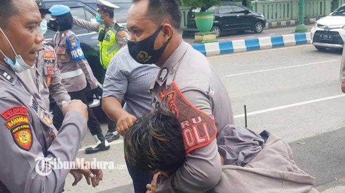 Unjuk Rasa Mahasiswa di Depan Gedung DPRD Sumenep Berujung Ricuh, Protes Soal Aliran Listrik