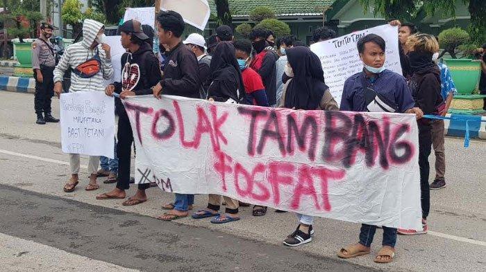 Puluhan Mahasiswa Gelar Demo di DPRD Sumenep, Tolak Rencana Tambang Fosfat, Sampaikan 5 Tuntutan
