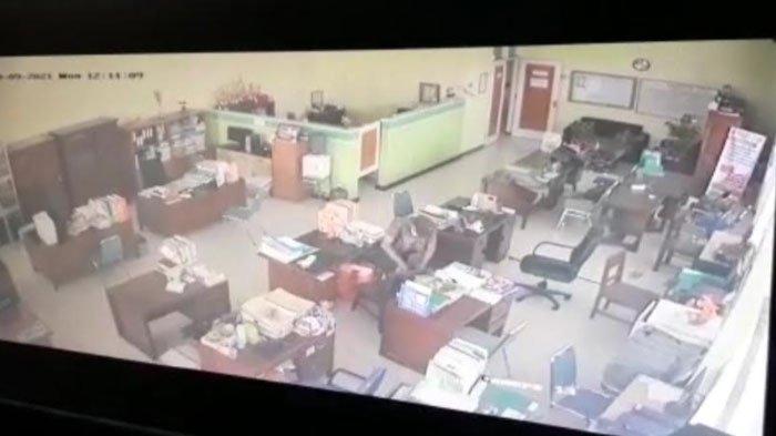Rekaman CCTV milik Diskoperindag Tuban yang memperlihatkan aksi pelaku pencurian, Senin (20/9/2021)