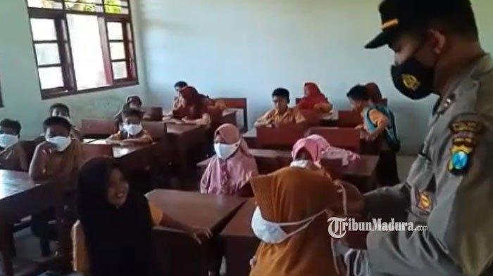 Cegah Klaster Lembaga Pendidikan, Kapolsek Palengaan Pamekasan Bagikan Masker dan Imbauan ke Siswa