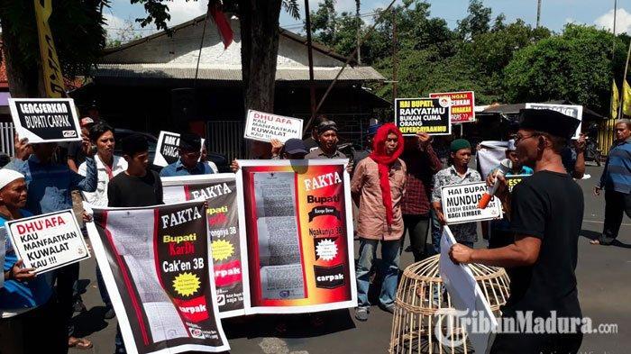 Massa Aliansi Aktivis Jember KepungDPRD Jember, Tuntut Pemakzulan Bupati Jember Faida
