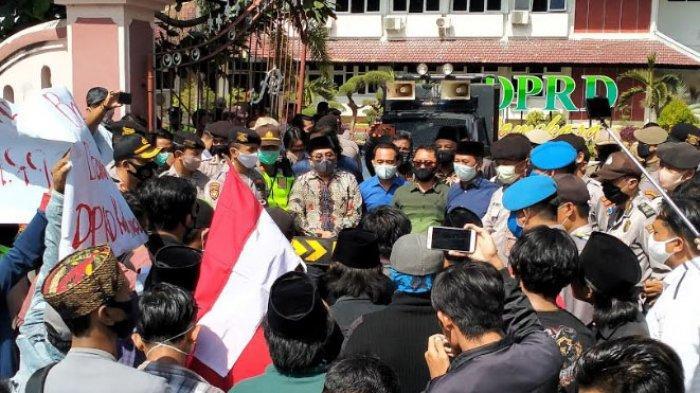 BREAKING NEWS: Jaka Jatim Unjuk Rasa di Kantor DPRD Pamekasan, Tuntut Pemalsu Tanda Tangan Diungkap