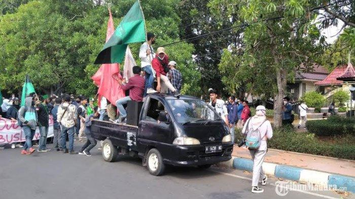 Massa Demo Tolak UU Cipta Kerja DisambutLantunan Asma'ul Husna saat Tiba di DPRD Bangkalan