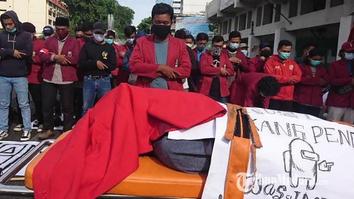Tolak Omnibus Law, Massa Gelar Salat Gaib Berjamaah di Gedung Grahadi, Anggap DPR RI Sudah Mati