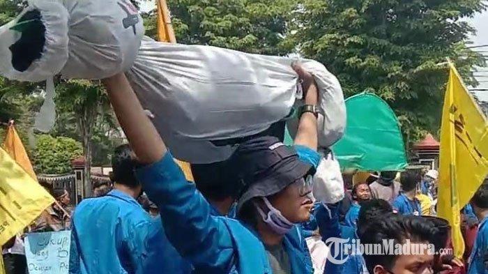 Massa PMII Bangkalan menggelar aksi penolakan Omnibus Law UU Cipta Kerja di depan Gedung DPRD Bangkalan, Jumat (9/10/2020).