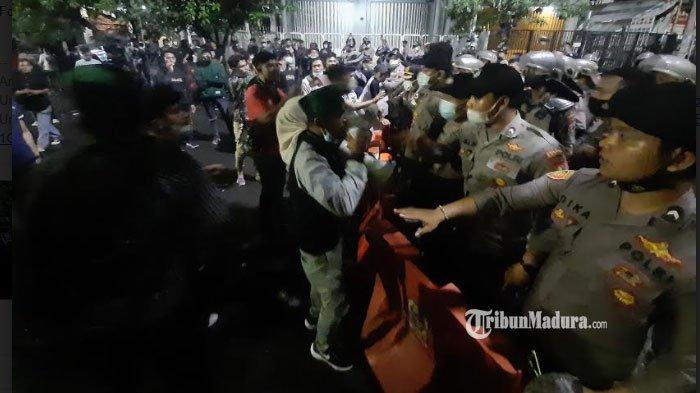 Jalan Dukuh Kupang Surabaya Ditutup, Warga Keluhkan Penutupan, Ingatkan Massa HMI Lekas Pulang