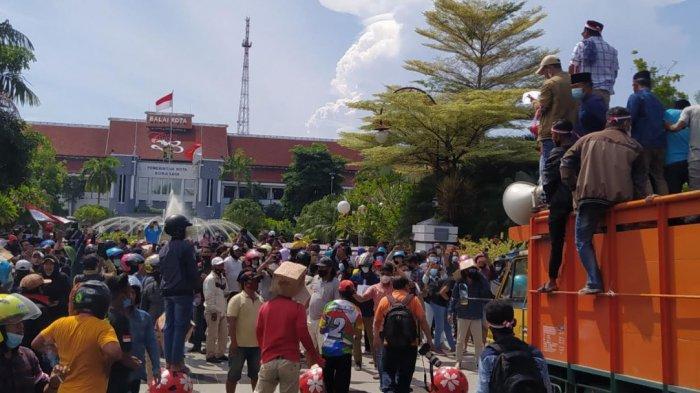 Sejumlah massa yang mengatasnamakan Koalisi Masyarakat Madura Bersatu mendatangi Balai Kota Surabaya, Senin (21/6/2021).