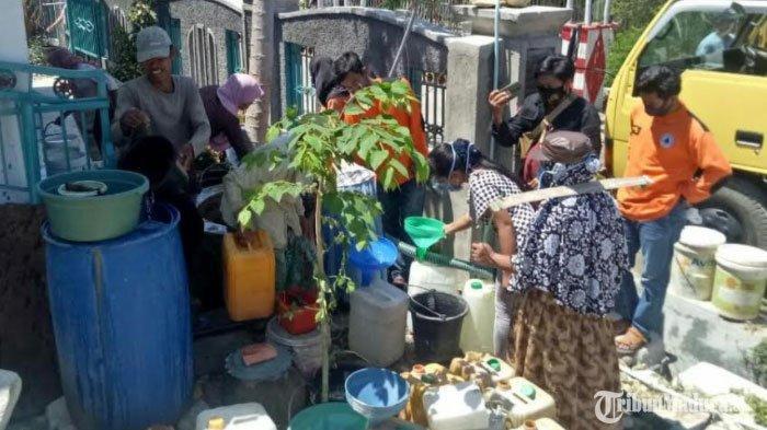 masyarakat di Kecamatan Tlanakan, Pamekasan, Madura ketika menimba air bersih dari tangki mobil FRPB Peduli, Rabu (9/9/2020).