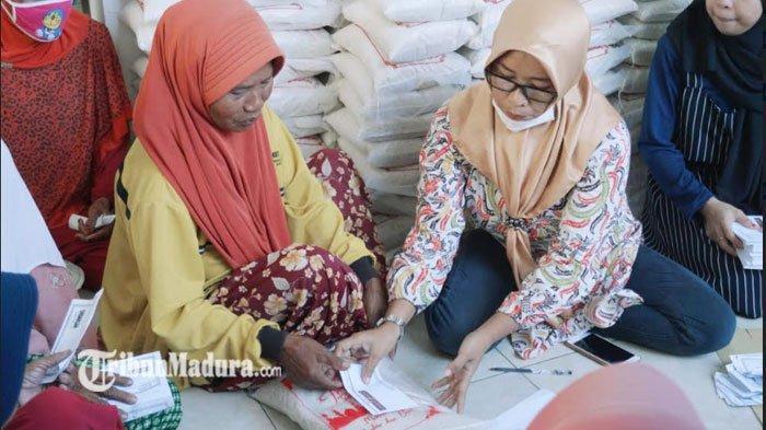 Direktur PR Ayunda Bagi-Bagi 300 Paket Sembako dan Uang ke Yatim dan Dhuafa di Bulan Ramadan