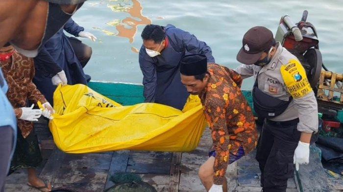 Mayat laki-laki yang ditemukan mengambang di perairan Pulau Giligenting, Sumenep, Madura, Jawa Timur, Kamis (18/2/2021) siang.