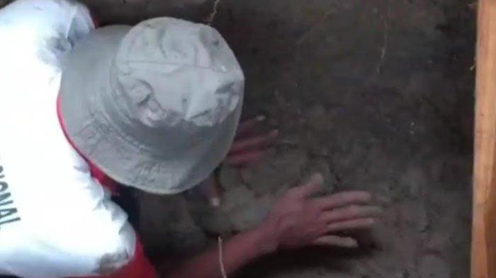 Tangkapan layar video penemuan jasad masih utuh di pemakaman Islam kompleks masjid agung Darussalam Desa Kauman, Kecamatan Kota Bojonegoro, Selasa (5/1/2021)